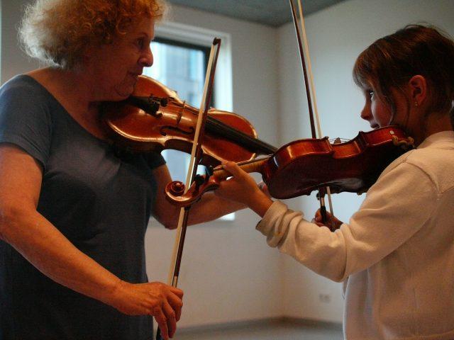 Jong en oud maken muziek